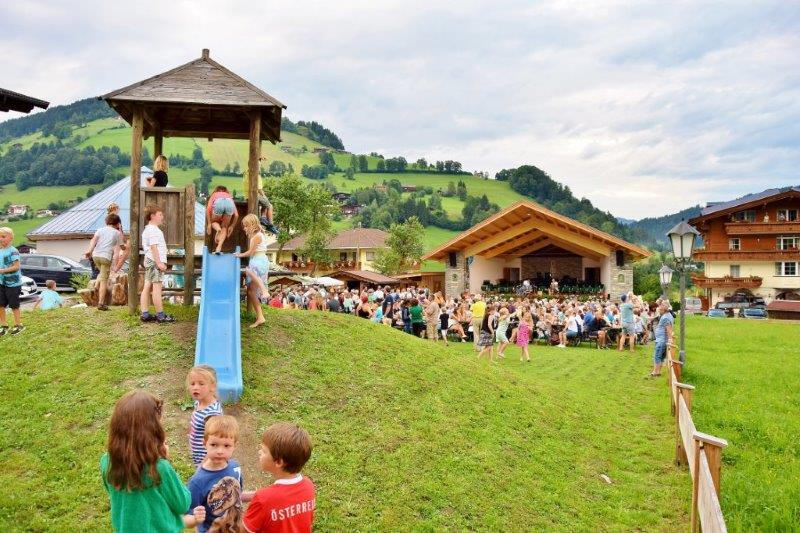 spielplatz-dorfabend-valley-evening-niederau-every-wednesday-festival-fest-wildschoenau-all-week-centrum-church-music-austria-tyrol-alps-oberau-auffach-next-simmerlwirt-vicky-and-dorfstube